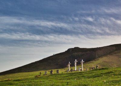Le calvaire et le cimetierre basque à côté de la chapelle de l'Aubépine