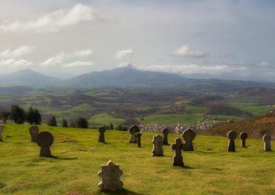 Le cimetierre basque au dessus d'Aihnoa